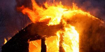 Temizlemekten bıktığı evini yaktı