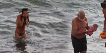 denizde yüzerken doğurdu